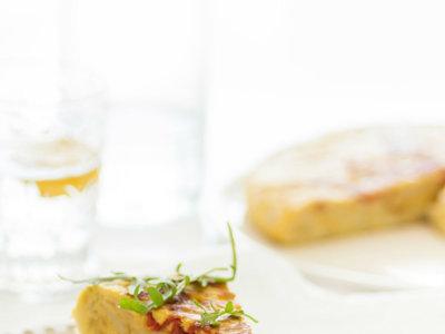 Tortilla de patata con cebolla y pimientos del piquillo confitados. Receta para una cena muy mediterránea