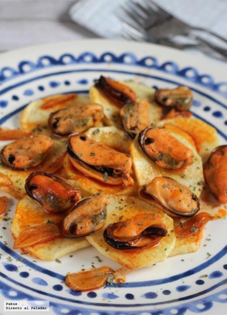 Patatas con mejillones en escabeche caliente casero. Receta de aperitivo