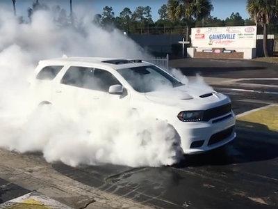 Mira como el Dodge Durango SRT hace un burnout con las 4 ruedas