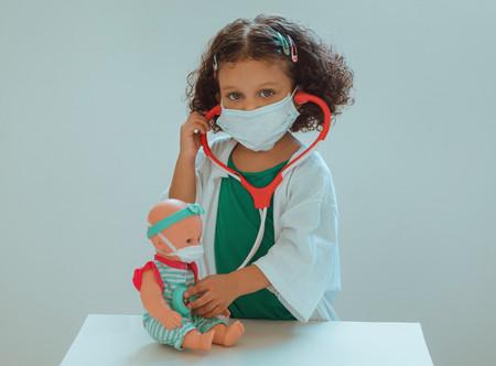 """""""Sueño con volver a abrazar a mi niño"""": la difícil situación de los sanitarios -y otros profesionales- y sus hijos durante la pandemia"""