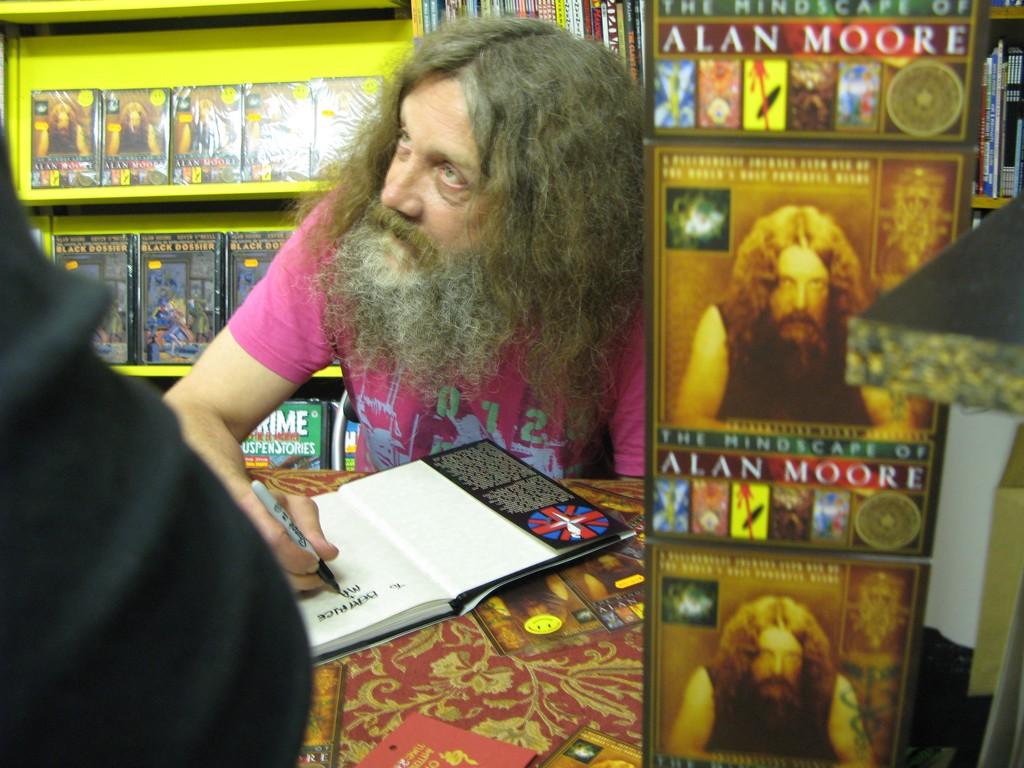 Alan Moore firmando en mayo de 2005.