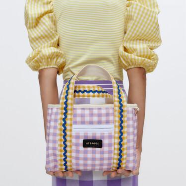 La nueva colección de bolsos de Uterqüe parece estar sacada de Alicia en el País de las Maravillas