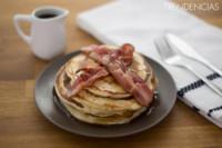 Tortitas con bacon y sirope de arce. Receta americana
