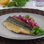 Caballa a la plancha con ensalada cremosa de remolacha y jengibre: receta fácil y saludable para comer bien de temporada