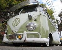 Volkswagen Bus con suspensión ligeramente rebajada