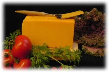 El queso Cheddar es de color naranja