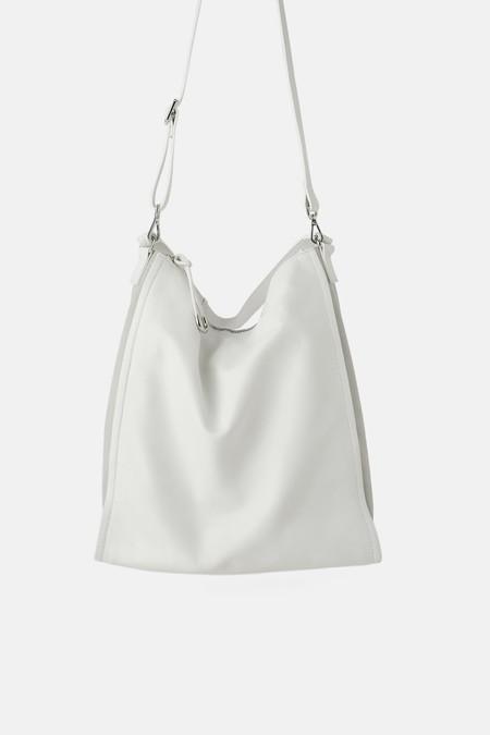Cómo llevar bien un bolso blanco? El bolso blanco es el
