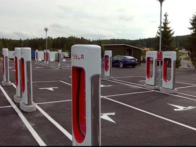 Veinte cargadores Tesla Supercharger en una misma estación, es la más grande del mundo y está en Noruega
