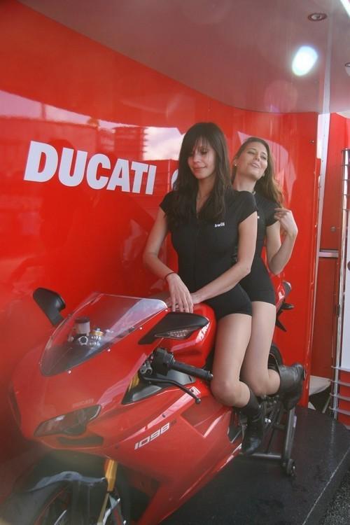 Foto de Las pit babes de Estoril en una Ducati 1098 (5/35)
