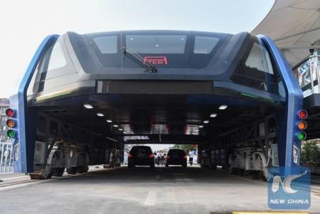 ¿Recuerdan el autobús chino que circula por encima de los coches? Pues ya es una realidad