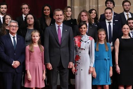 La Reina Letizia se apunta a la moda de los vestidos con lazada antes de los Premios Princesa de Asturias 2019