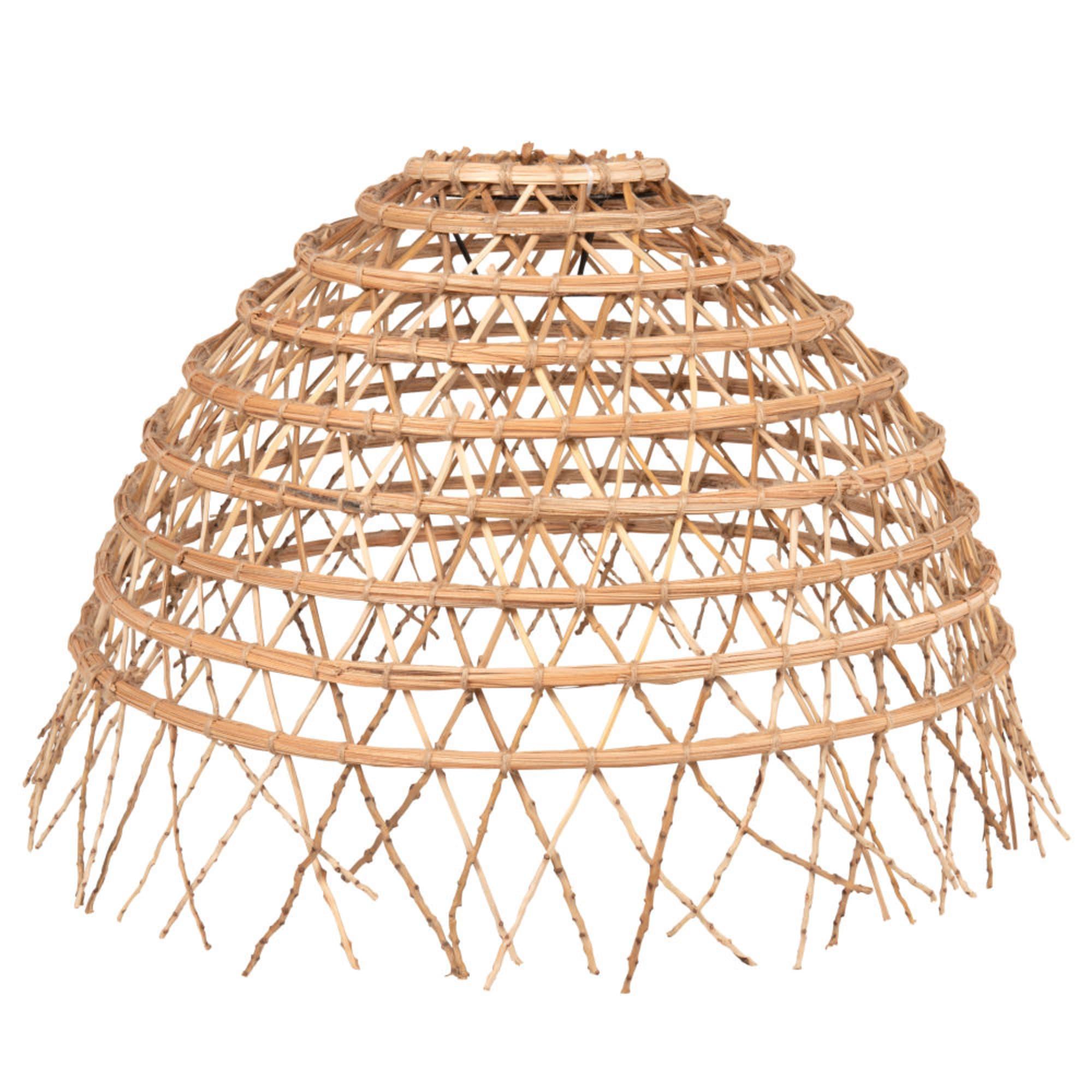 Lámpara de techo con pantalla de fibra de palmera trenzada.