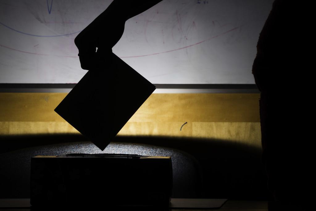 Los tecnófilos contrarios al voto electrónico: cuando el papel vence por goleada a la tecnología