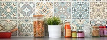 ¿Quieres reformar la cocina sin obras? Apuesta por los azulejos adhesivos para dar un cambio radical a este espacio