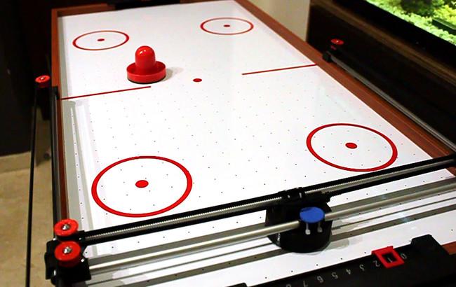 Tenemos candidato a proyecto más divertido del año con Arduino: el robot que juega a air hockey