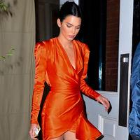Kendall Jenner se arriesga y gana con un (mini)vestido naranja