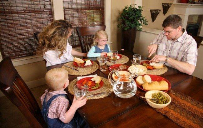 comiendo en familia