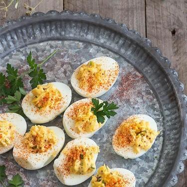 Receta de huevos endiablados o deviled eggs. Receta norteamericana