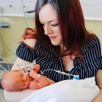 Un bebé con espina bífida es operado a las 27 semanas de embarazo en el útero materno, mediante la cirugía de 'ojo de cerradura'