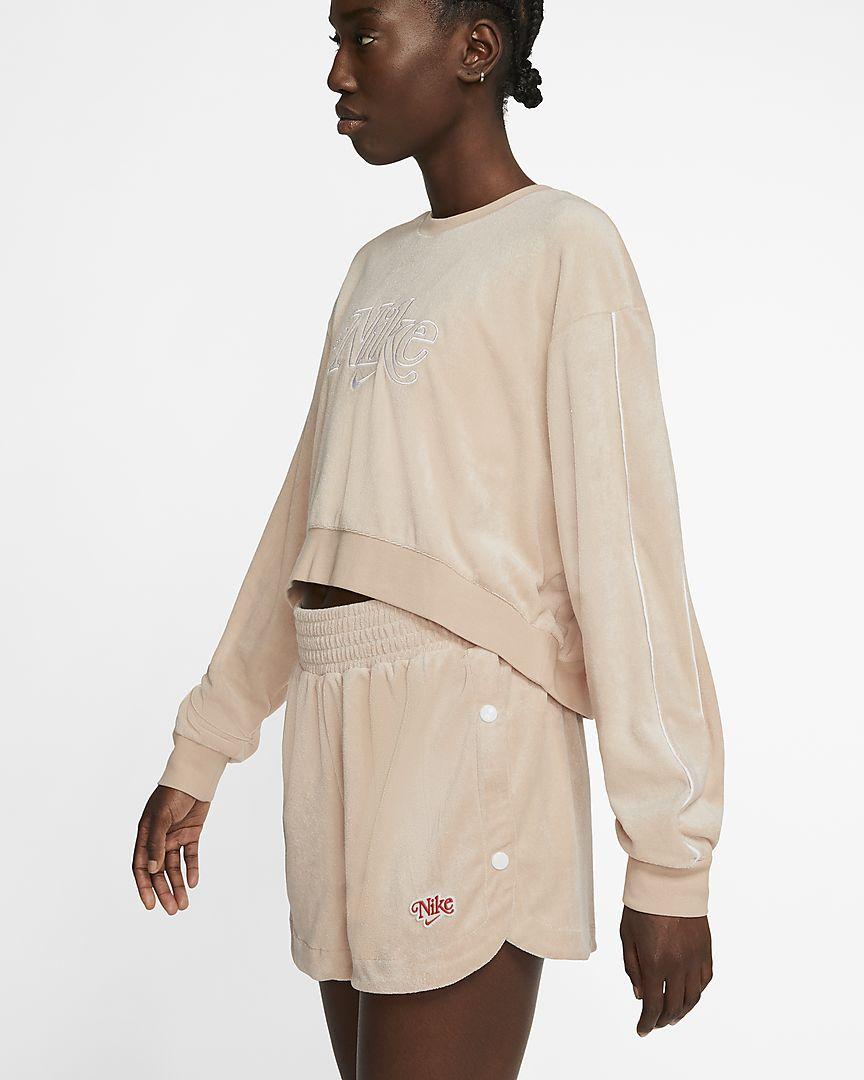 Confeccionada con un suave tejido Terry, la sudadera Nike Sportswear es la prenda perfecta para tu armario de verano. El ribete en color de contraste en las mangas y el estampado de estilo vintage completan tu look retro.