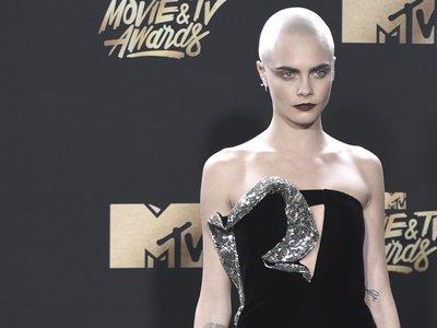 Cara Delevingne explota al máximo su nuevo look andrógino en los MTV Movie Awards