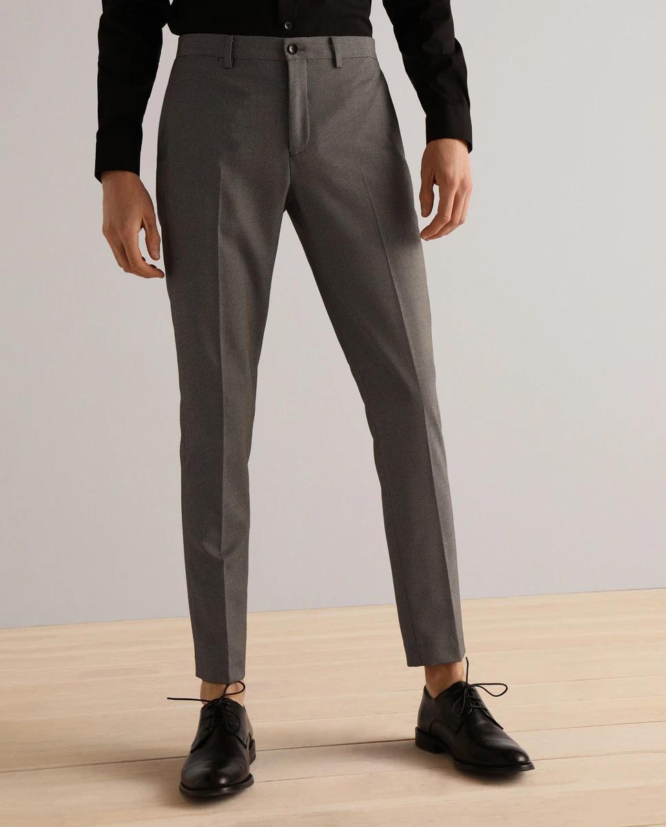 Pantalón de traje separate slim fit de color marrón microestampado. Se cierra mediante botón y cremallera.