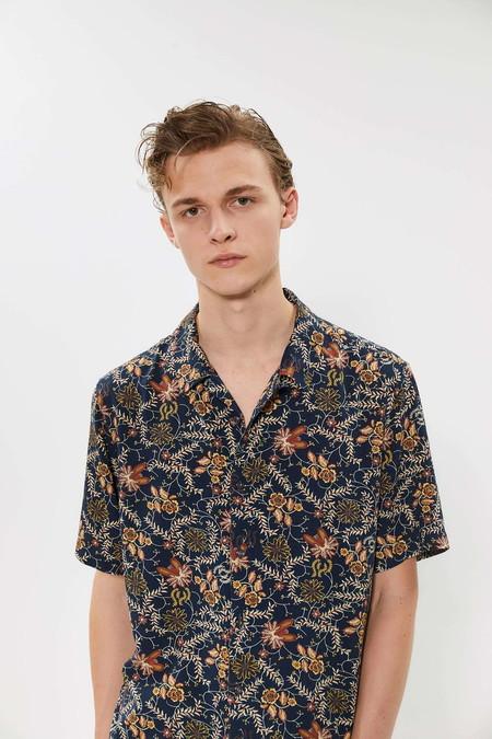 Para Adentrarnos Al Fulgor De La Primavera Estas Camisas Resort Son Perfectas Para Cualquier Look 03
