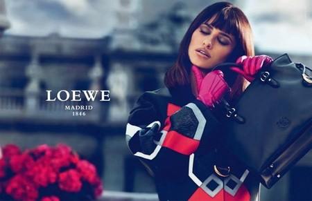 Melena midi y flequillo: la apuesta de Penélope Cruz en la nueva campaña de Loewe