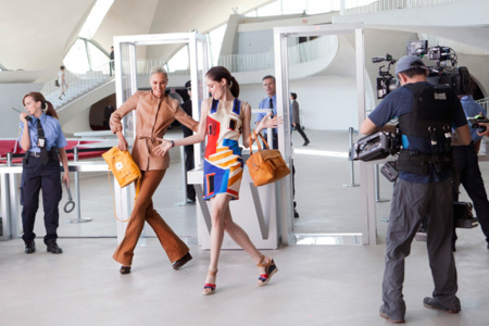 ¡Baila hasta en el aeropuerto! Tómatelo con humor, copia a Coco Rocha en Longchamp