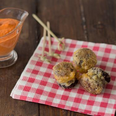Morcilla rebozada con salsa de pimientos del piquillo, receta de aperitivo