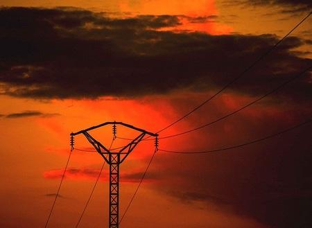 Si el agua erosiona el curso de un río ¿los electrones erosionan un circuito eléctrico?