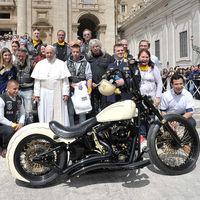 Esta moto firmada por el Papa y repleta de símbolos cristianos se subastará para ayudar a los niños de Uganda