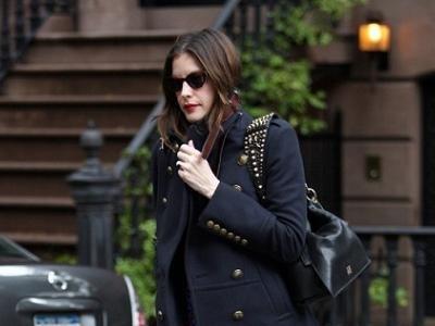 Liv Taylor se apunta a la moda del abrigo militar
