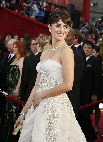 El vestido de novia de Penélope Cruz: sus mejores looks con vestidos de fiesta blancos. Pierre Balmain I