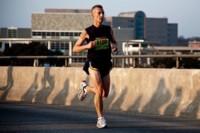 Menor peso corporal y mayor velocidad de carrera