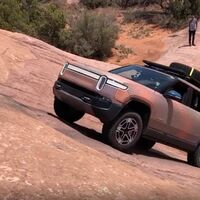 Así supera el SUV eléctrico Rivian R1S una complicada pendiente en el desierto de Moab, en vídeo