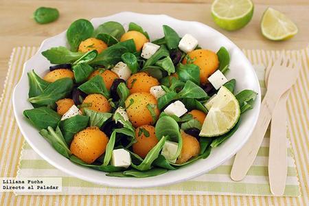 Ensalada de melón cantalupo con queso feta y lima. Receta