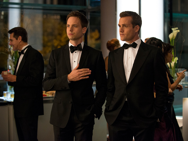 Mike Ross y Harvey Specter visten de esmoquin