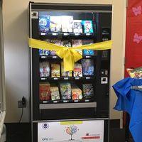 Una escuela instaló una máquina expendedora de libros, ¡y a los niños les encanta!