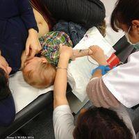 """La """"Tetanalgesia"""" en las extracciones de sangre al bebé: una increíble y envidiada foto"""