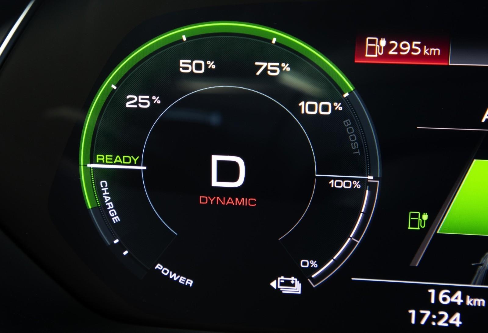 Foto de Audi e-tron (83/111)