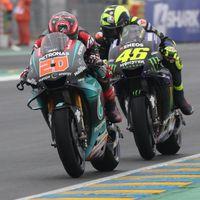 """Valentino Rossi da una posible solución al dilema de Yamaha: """"El Petronas no me parece un equipo tan malo"""""""