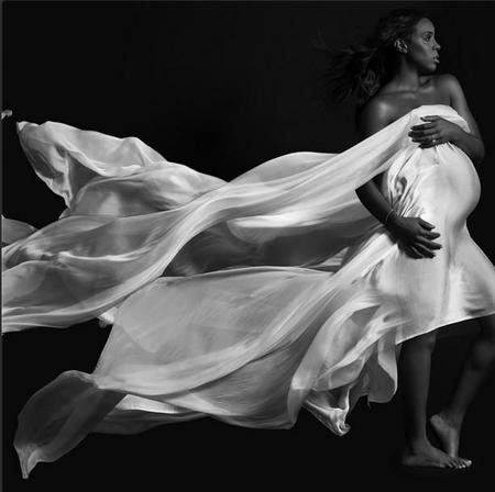 Kelly Rowland enseña su prominente barrigola para Elle