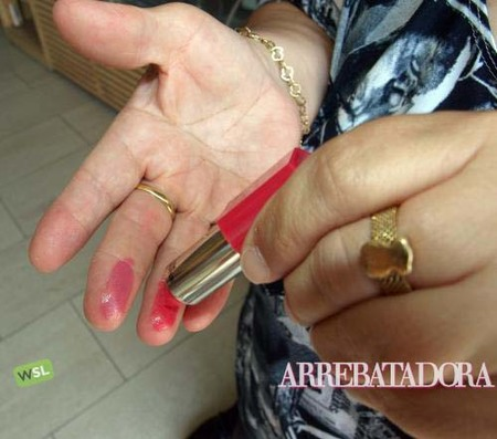 El mejor lugar para probar el color de la barra de labios: los dedos
