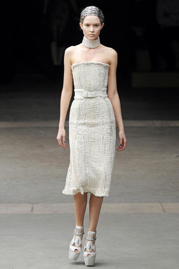 Foto de Alexander McQueen Otoño-Invierno 2011/2012 en la Semana de la Moda de París: Sarah Burton continúa con nota el legado (3/27)