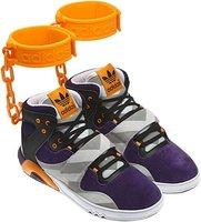 Jeremy Scott vuelve a poner a Adidas en el punto de mira con sus nuevas botas con grilletes