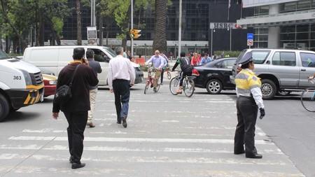 Quieren llevar al Torito a quienes usen celular al cruzar la calle