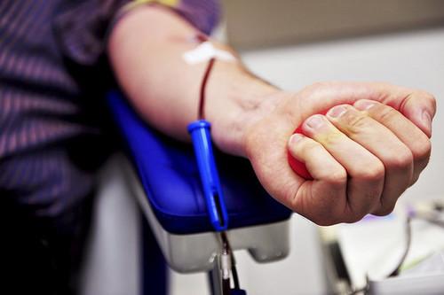 Esto es lo que deberías comer y beber antes y después de donar sangre