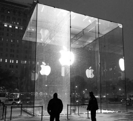 Imagen de la semana: un quitanieves destroza parte del cubo de la Apple Store en la Quinta Avenida
