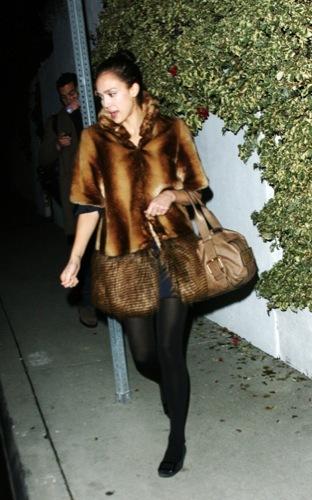 El abrigo de piel desafortunado de Jessica Alba